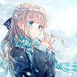 Аватар Девушка с длинными волосами держит руки перед собой