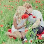 Аватар Влюбленные сидят в поле цветов