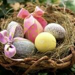 Аватар Красиво разукрашенные яйца с украшением в виде банта лежат в корзине