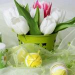Аватар Тюльпаны в горшке, рядом лежат украшенные яйца