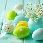 Аватар Разукрашенные яйца лежат возле вазы с цветами