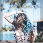 Аватар Девушка с разноцветными волосами около бассейна