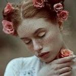 Аватар Девушка с розами на голове и в руке