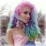 Аватар Девушка с радужными волосами на фоне природы