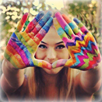 Аватар Девушка с разноцветными красками на руках