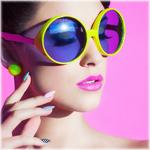 Аватар Девушка в очках держит руку у лица