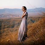 Аватар Девушка в длинном платье стоит на фоне природы