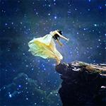 Аватар Девушка под звездным небом на краю обрыва