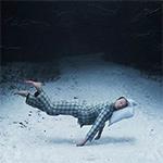Аватар Спящий на подушке мужчина парит в воздухе над зимней лесной дорогой