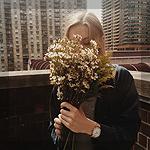 Аватар Девушка с цветами на крыше