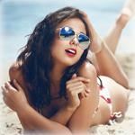 Аватар Девушка в купальнике и солнцезащитных очках лежит на песке у моря