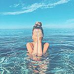 Аватар Девушка прикрыла руками лицо стоит в воде
