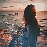 Аватар Девушка у моря смотрит на закат