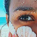 Аватар Девушка с ракушкой у лица
