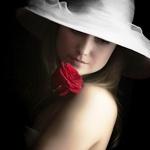 Аватар Девушка с розой в шляпе на черном фоне