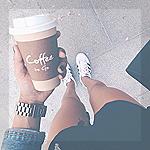 Аватар Девушка держит в руке стакан с кофе