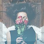 99px.ru аватар Девушка с розами лежит на полу