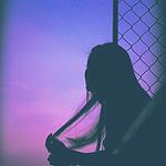Аватар Силуэт девушки на фоне сумеречного неба