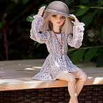 Аватар Девочка- кукла придерживает руками шляпку