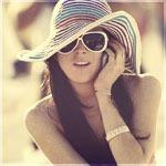 Аватар Девушка в шляпе и очках говорит по телефону