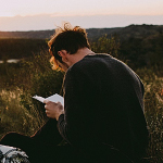 Аватар Парень на природе читает книгу