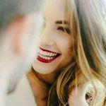 Аватар Красивая светловолосая девушка улыбается своему собеседнику