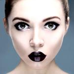Аватар Девушка с черными губами и черной подводкой для глаз