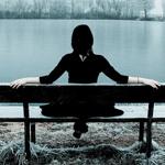 Аватар Девушка сидит на лавочке перед водой и белыми деревьями