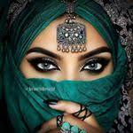 Аватар Девушка в хиджабе с украшением на лбу и руках
