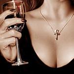 Аватар Грудь девушки с анкхом и бокал вина
