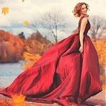 Аватар Девушка в красном платье на фоне осенней природы
