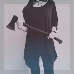 99px.ru аватар Девушка в черной одежде держит в руках топор