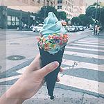 Аватар Некто держит в руке голубое мороженное в черном вафельном рожке