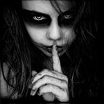 Аватар Жуткая девушка приложила палец к губам