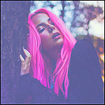 Аватар Девушка розовыми волосами стоит около дерева