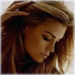 Аватар Гламурная модель и актриса Elle Liberachi / Эль Либерчи позирует, придерживая волосы