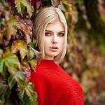 99px.ru аватар Блондинка стоит у куста, by Maxim Maximov