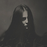 Аватар Девушка с черными волосами среди сухих веток