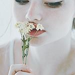 Аватар Девушка нюхает цветы