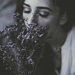Аватар Девушка с сиреневыми цветами