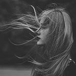 Аватар Девушка с развивающимися на ветру волосами
