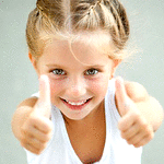 Аватар Жизнерадостная девочка показывает руками, что все отлично