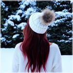 Аватар Девушка в белой кофте и шапочке стоит на фоне заснеженных елок