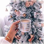 Аватар Девушка держит в руке кружку с какао на фоне новогодней елки