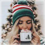 Аватар Девушка в шапочке пьет горячий напиток со взбитыми сливками