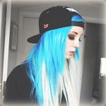 Аватар Девушка с голубыми волосами в кепке
