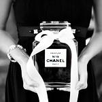 99px.ru аватар Девушка держит в руках флакон с духами от (Chanel / Шанель)