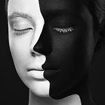 Аватар Девушка с черно-белым лицом