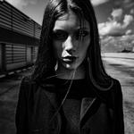 Аватар Девушка стоит возле здания