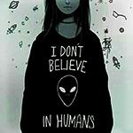 Аватар Девушка в черной толстовке с контуром головы инопланетянина и надписью I DONT BELIVE IN HUMANS (Я не верю в людей)